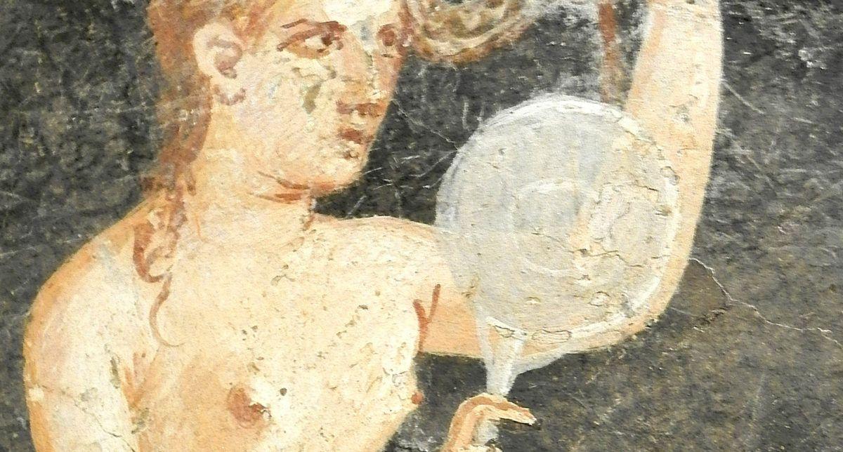 Femme romaine se coiffant